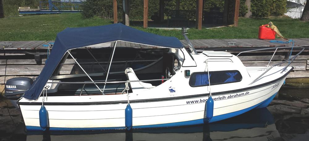 Kajütboot Mayland Fisherman 16 mit 10 PS - das ideale führerscheinfreie Boot für Tagestouren oder die Übernachtung zu zweit. Jetzt in Plau am See mieten.