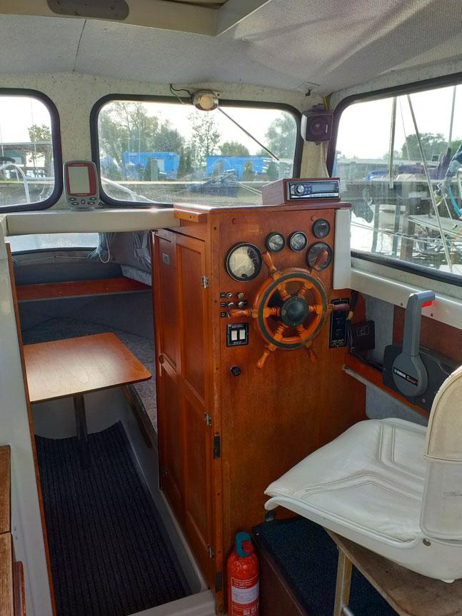 Bootsverleih-Abraham-Kajuetboot-Hardy-Steuerstand